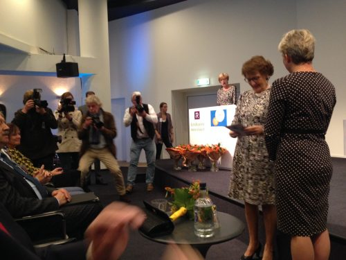 Prinses Margriet ontvangt eerste exemplaar brochure UVV Nederland